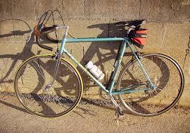 vélo en fer utilisé généralement utilisé par les coureurs cyclistes de Bobo Dioulasso
