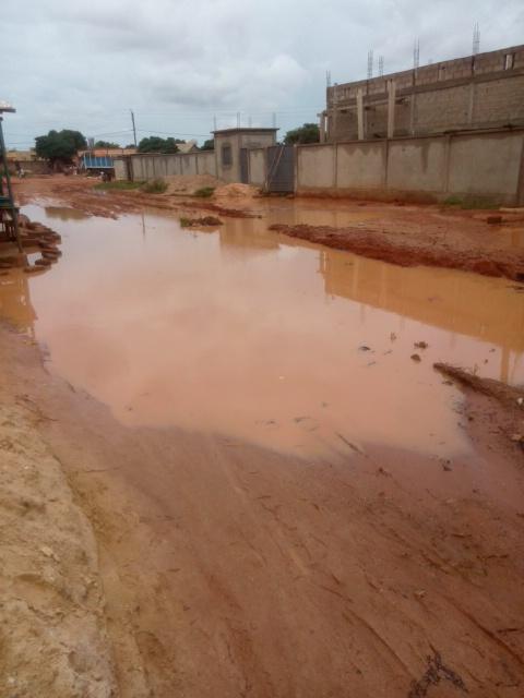 Secteur 24 de la ville de Bobo-Dioulasso, on a l'impression d'être en présence d'un barrage, mais il s'agit de l'état d'une voie après le passage de la pluie- Crédit Photo Amos Traoré