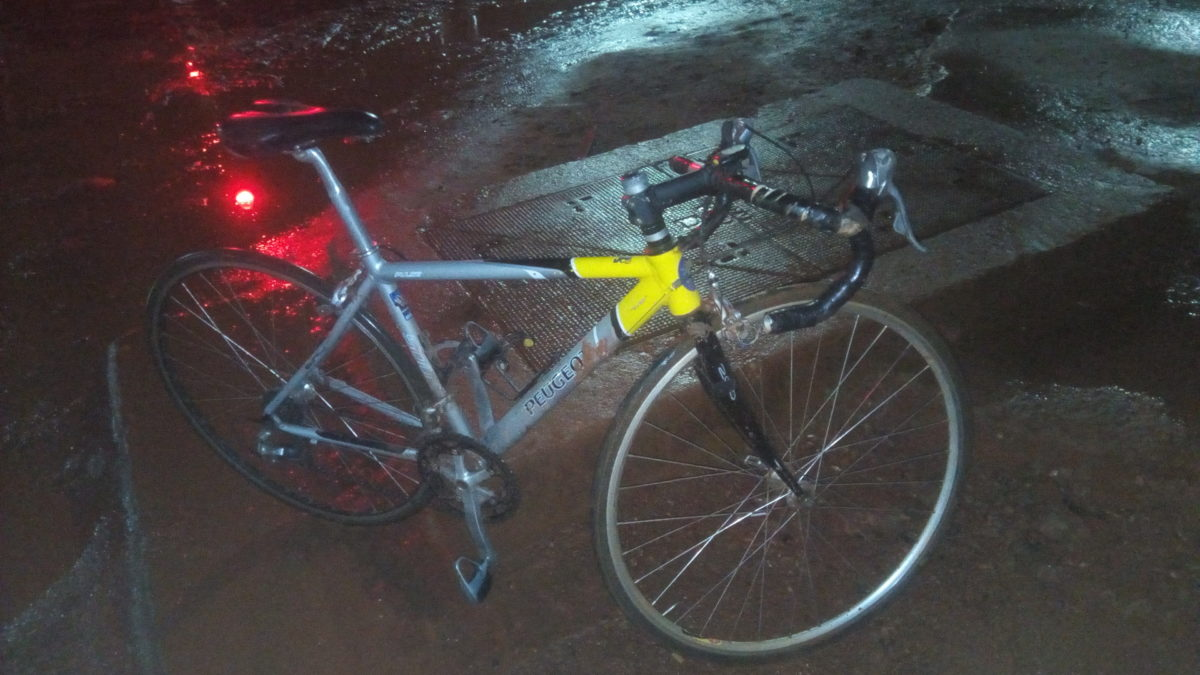 """Pour arriver à me déplacer de manière plus pratique, j'enfourche fréquemment mon vélo de course alias le """"spitfire"""" j'arpente alors les voies rocailleuses à la manière d'un coureur sur la course cycliste Paris-Roubaix Crédit Photo-Amos Traoré"""